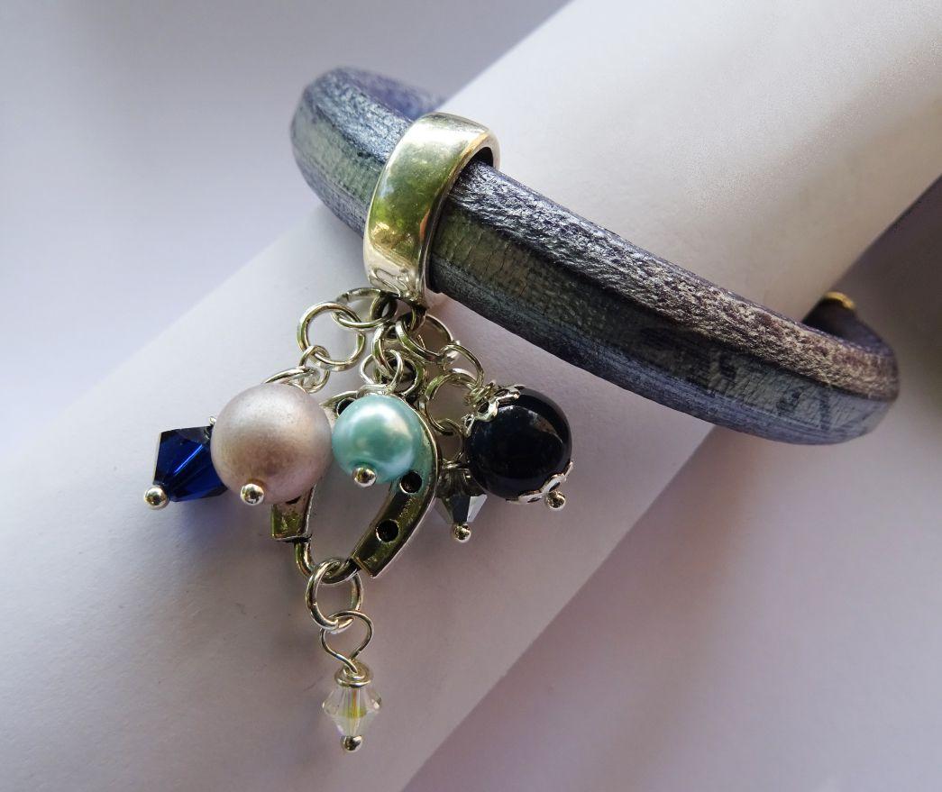 Bracelet cuir Regaliz bleu breloques et perles