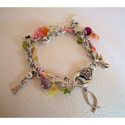 Bracelet aux fleurs, ruban Liberty et charmes argentés