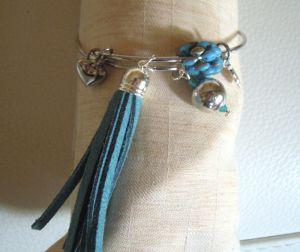 Bracelet jonc perles et pompon bleu sarcelle