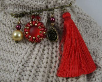 Broche Queensland rouge au Pompon
