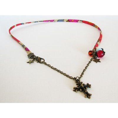 Collier Liberty pendentif Croix et breloques perles