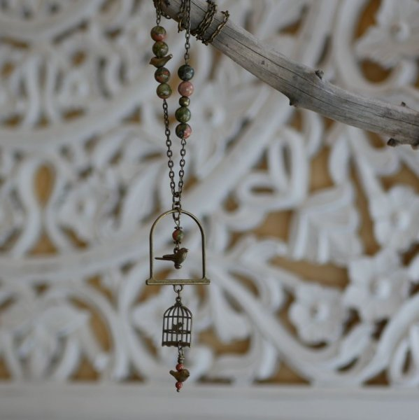 Collier au long pendentif aux oiseaux