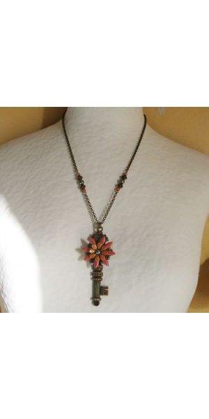 Collier pendentif Clef et fleurs en perles sur chaîne