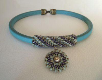 Collier pendentif cuir Regaliz perles Violet/vert