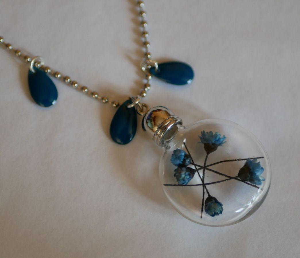Collier pendentif au globe fleurs bleues