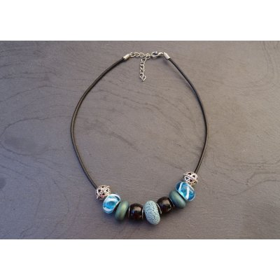 Collier perles Bleues sur cuir noir