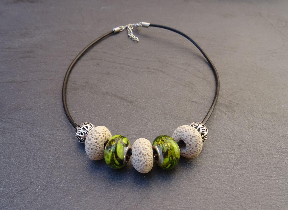 Collier perles Ecru/Olivine sur cuir noir
