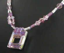 Notice collier Tila Carré violet