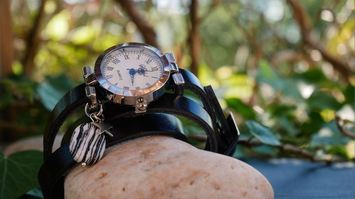 Montre argent bracelet cuir noir 3 tours avec perle zébrée