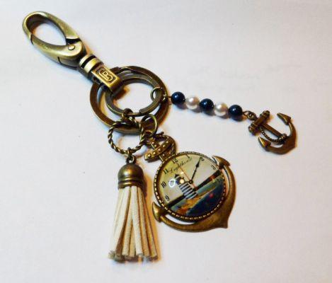 Porte-clé cabochon phare, perles et pompon