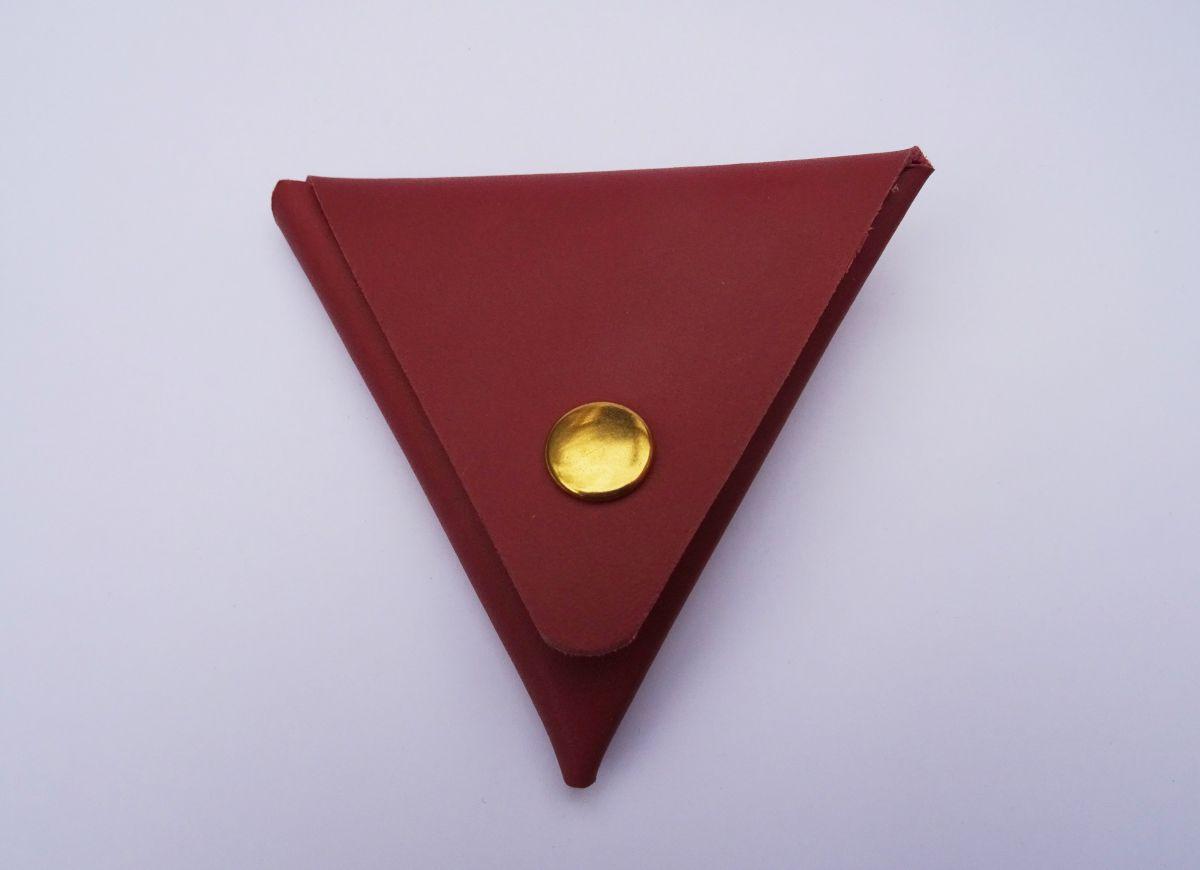 Porte-monnaie triangle en cuir lie-de-vin gravé