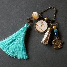 Porte-clé cabochon bois gravé pompon turquoise